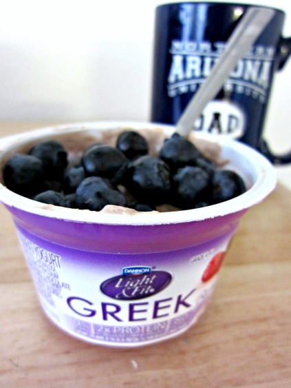 Greek yogurt and blueberries recovery snack (stronglikemycoffee.com)