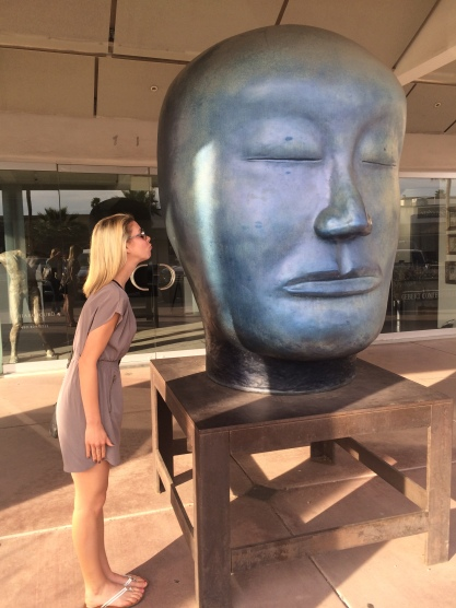 kissing the statue in scottsdale's art district (stronglikemycoffee.com)